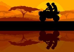 Quad Fahrer und Beifahrer beim Sonnenuntergang